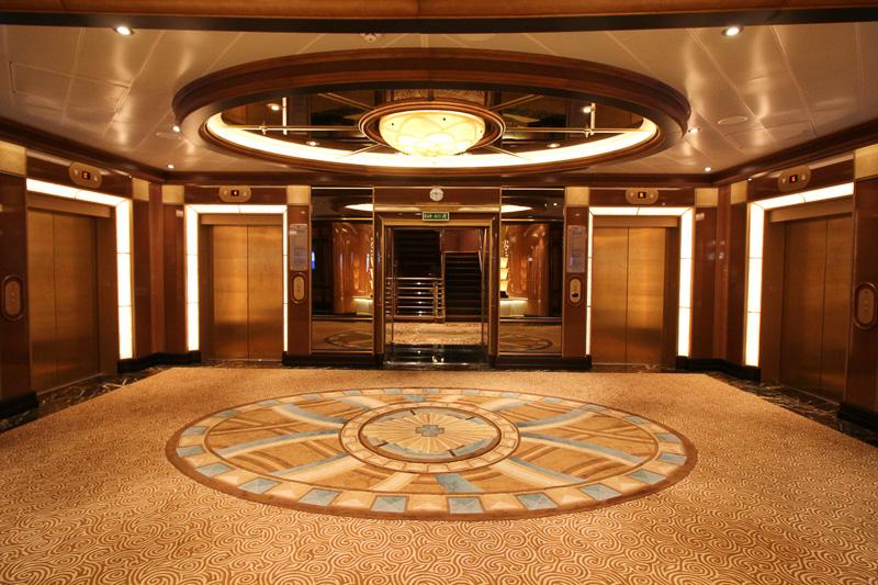 エレベータホールには華やかなじゅうたん