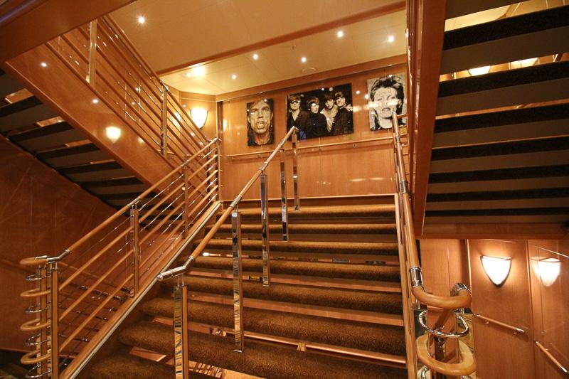 階段にもアートが並ぶ