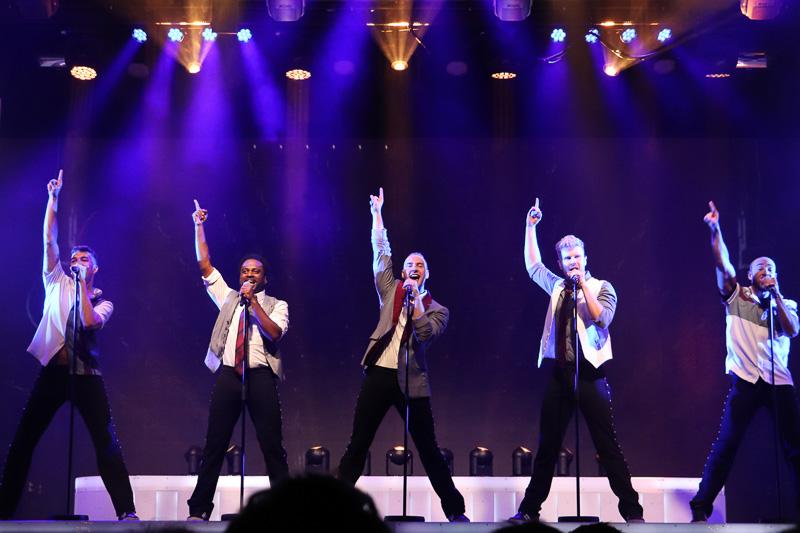 男性グループによるアイドル風のステージ