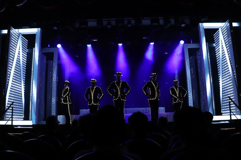 LEDが連動する衣装にステージ上で着替えてフィナーレへ