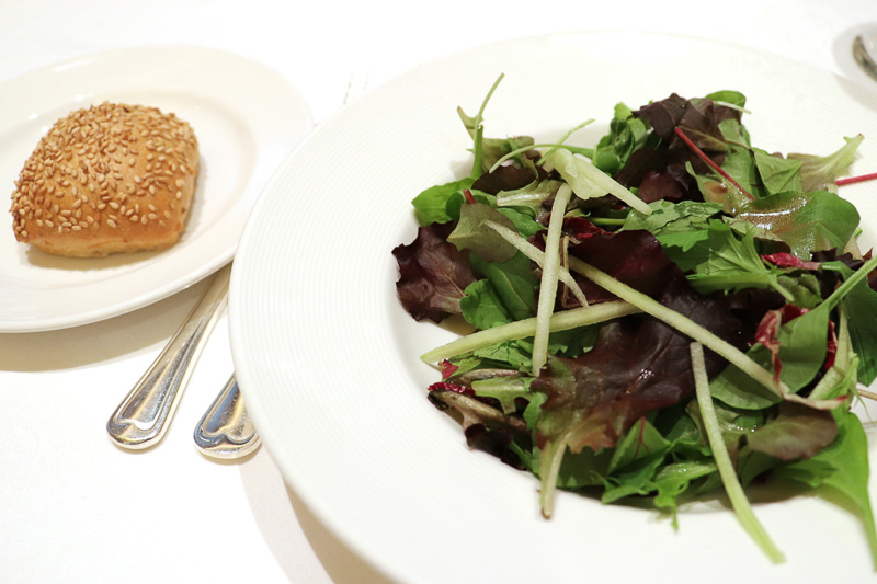 自家製パンと「ガーデンミックスグリーン、トレビス、キュウリのサラダ」