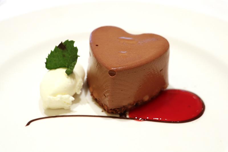デザートの「プリンセス・ラブボート・ドリーム」。濃厚で甘さ強めで、酸味のあるラズベリーのソースがよく合う
