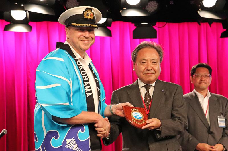 マジェスティック・プリンセスからも横浜市へ記念盾を贈呈