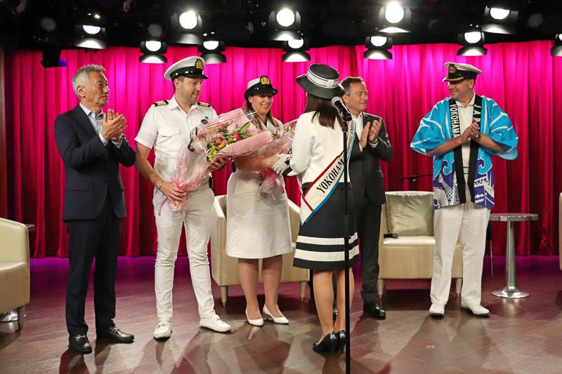 横浜観光親善大使の加藤さんから花束が贈られた