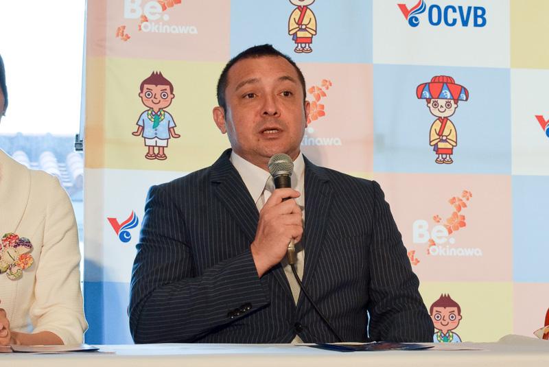 英語のMCを務めるドン・パーディー氏。沖縄ではラジオDJとしても有名