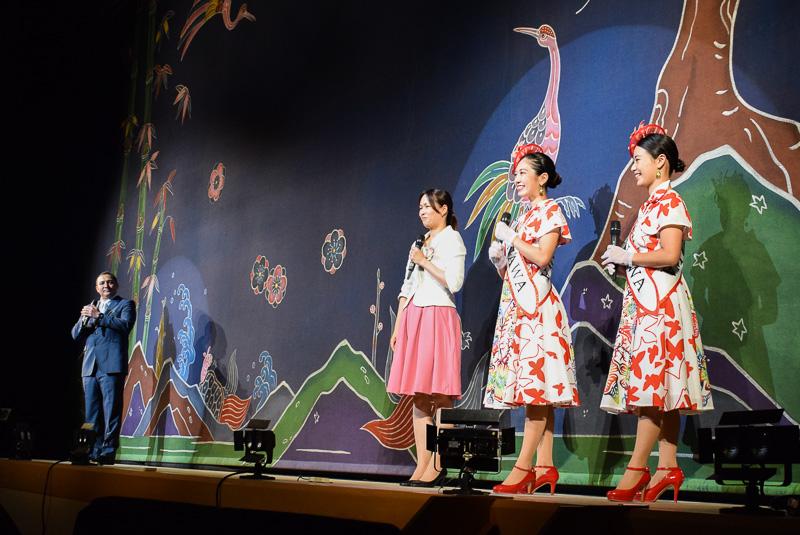 ドン氏とおど氏が英語と中国語でショーを解説。この日は特別にミス沖縄による日本語解説もあった