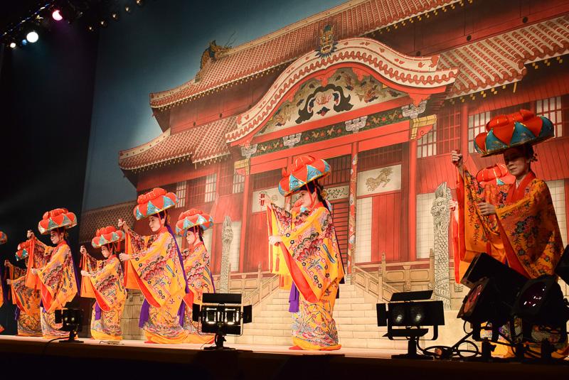 琉球舞踊「四つ竹」。厳かな雰囲気でオープニングを飾る