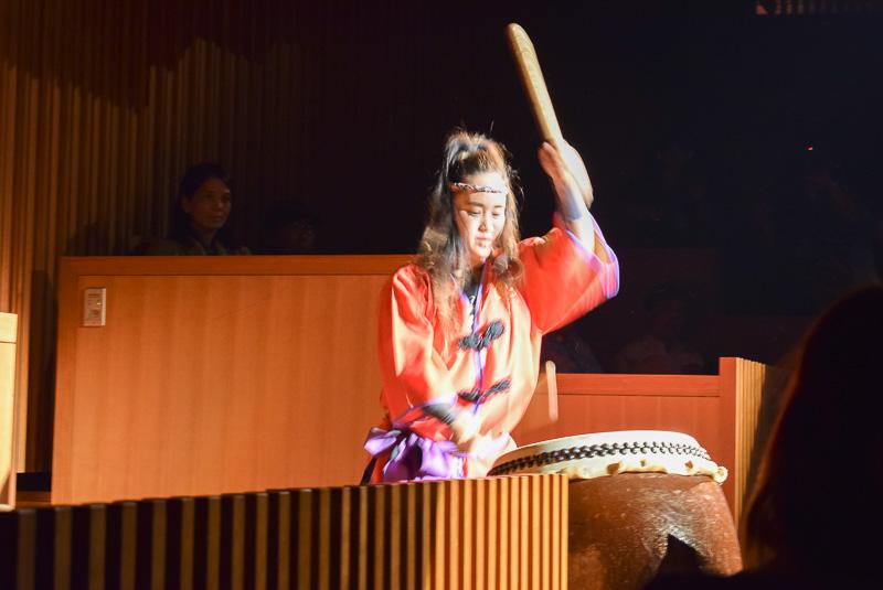 客席の太鼓ととステージ上との掛け合いが絶妙な琉球太鼓