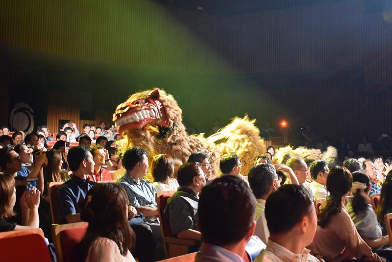 客席後方から登場した獅子舞。ステージでは2頭が激しく絡み合う