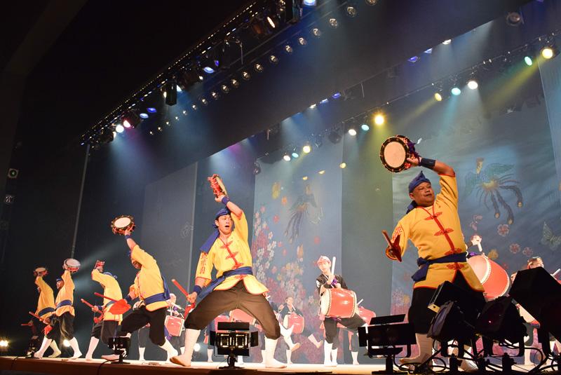 琉球國祭り太鼓による迫力あるエイサー