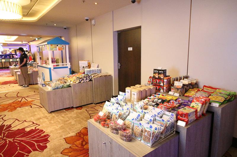 1、2日目はスナック類やお土産を売る「スーベニアマーケット」がデッキ7の通路に設置されいてた