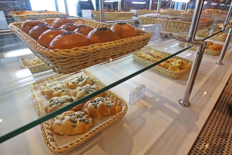 クロワッサンやドーナツから菓子パン、カップケーキまで種類豊富