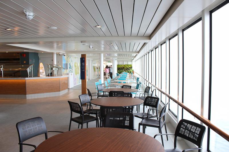 リドのビュッフェスペースはとても広く、屋外にまで広がっていて座席に余裕がある