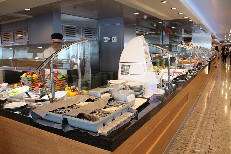 中央のキッチンを取り囲んで四方にぐるりと料理が並ぶ