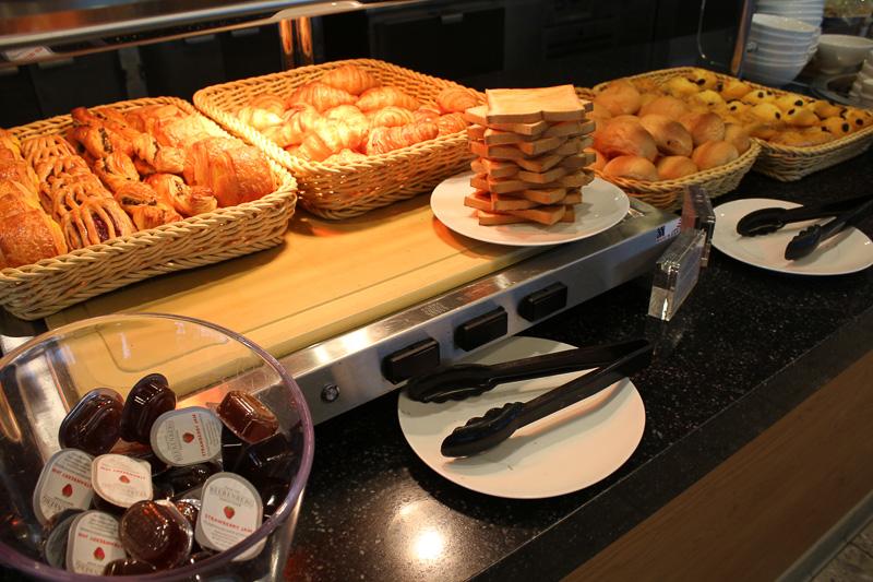 食事系のパンから甘い菓子パンまで揃う