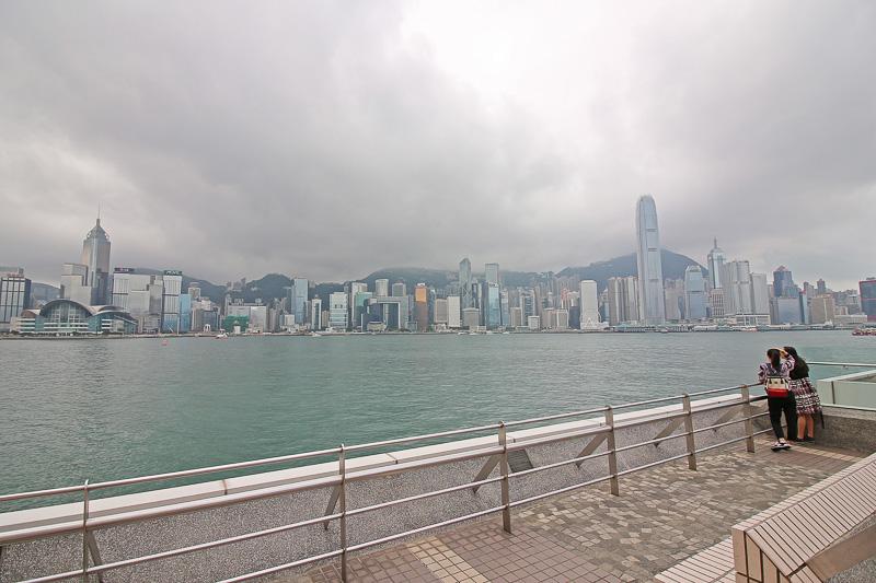 香港島のビル群を見渡せるヴィクトリア・ハーバーの「尖沙咀プロムナード」