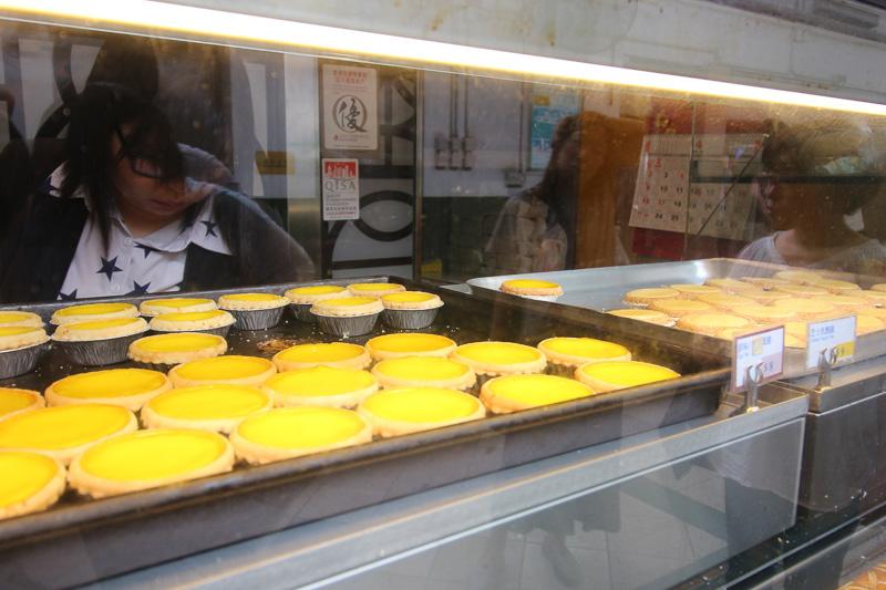 エッグタルト8香港ドル(約112円、1香港ドル=約14円換算)。老婆餅やパン、お土産のセットもある