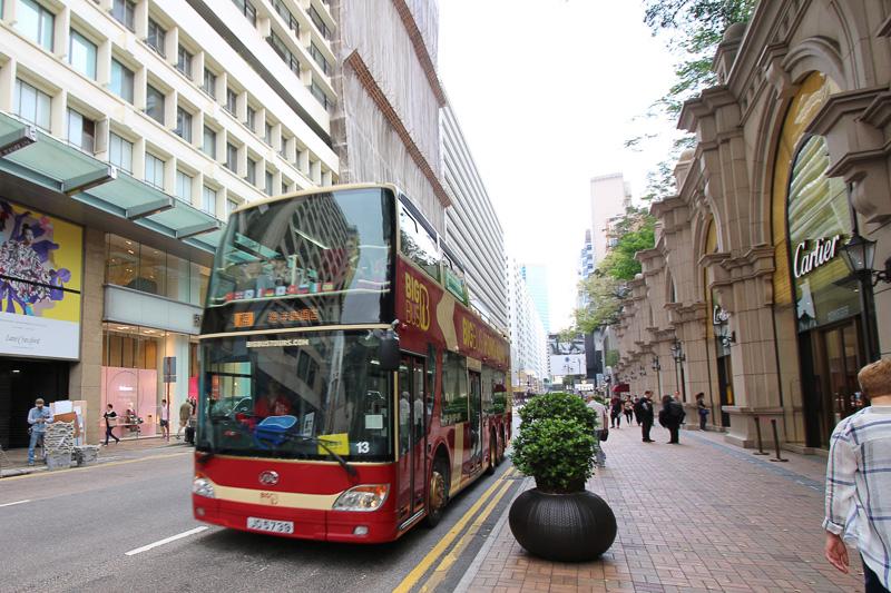 ブランド街を走る2階建てバス。街中が清潔でキレイだ