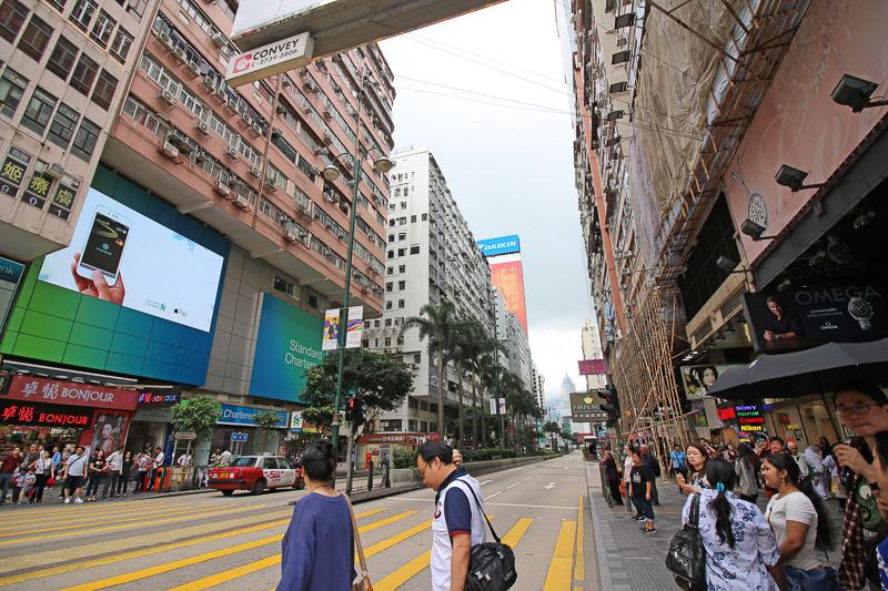 大通り沿いの派手な看板は政府の方針で徐々に撤去されているそうだ