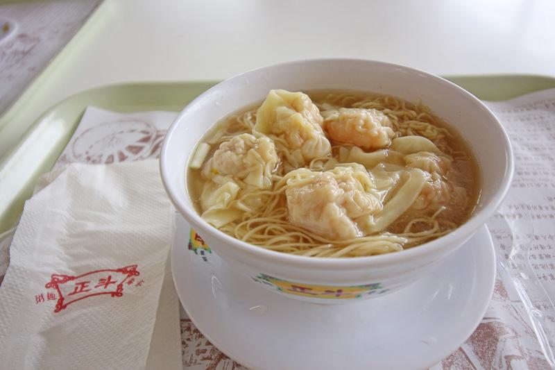 最後に香港国際空港内で食べた「正斗粥面專家」のワンタン麺。香港グルメの締めくくりにふさわしいおいしさだった
