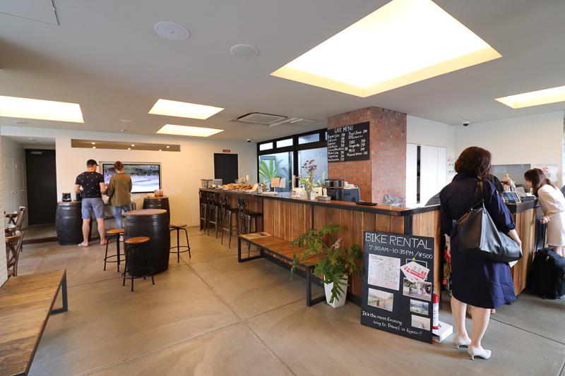 1階にはカフェとバーを兼ねたスペースが。朝食は無料