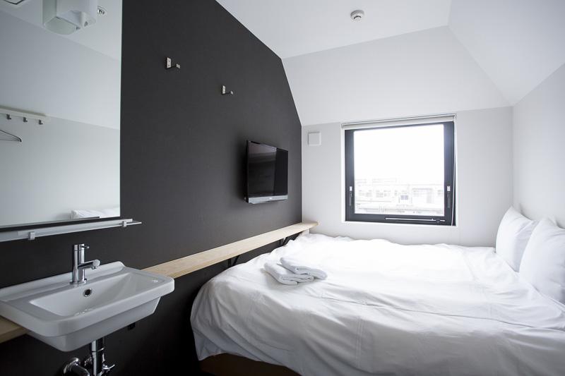 定員2名の個室ダブルベッド。ベッドはキングサイズ(提供写真:ピースホステル京都)