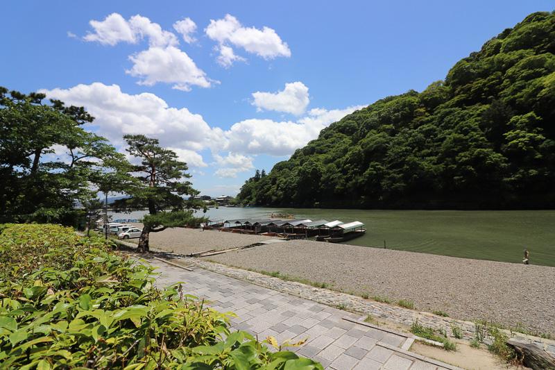 屋形船が行き交う保津川沿い、嵐山を望む場所にある