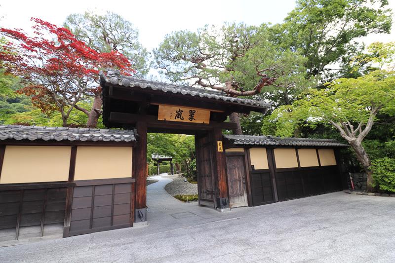 """ホテルの敷地入り口。""""翠嵐(すいらん)""""は保津川の色から取ったそう"""