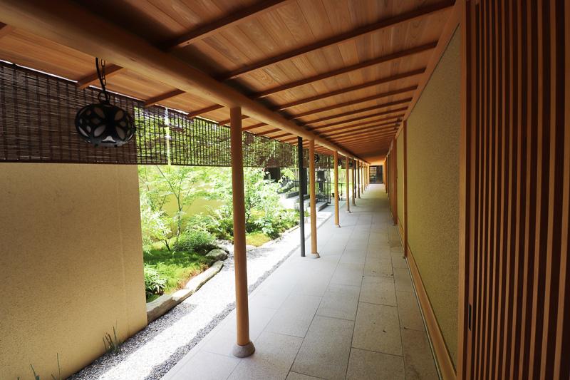 部屋までの廊下や共有部も木材が多用された伝統的な作り