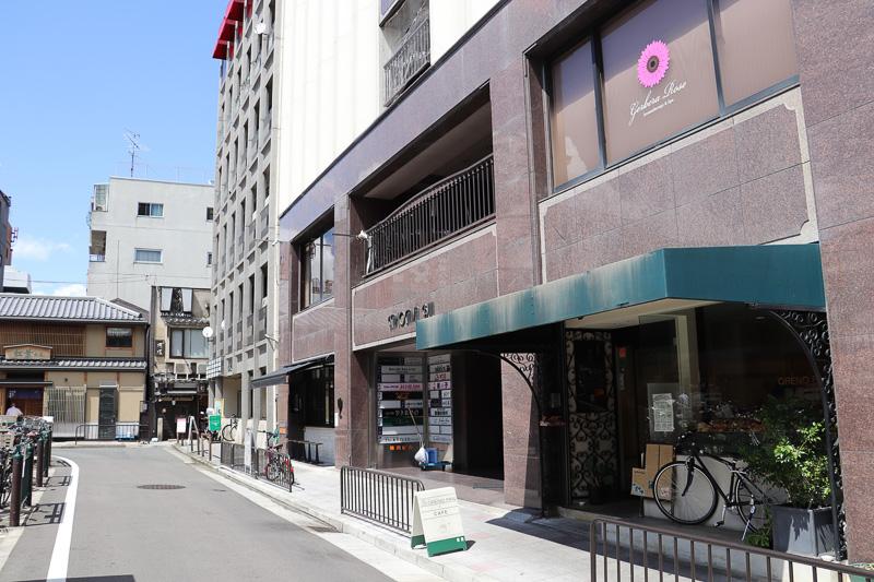 祇園四条駅 徒歩1分、繁華街のなかにある