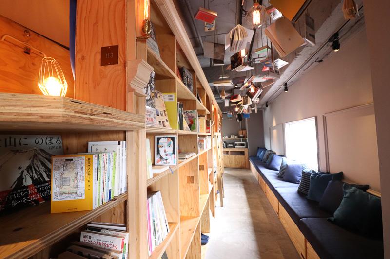 ずらりと並ぶ本とベッドスペース。窓際には本がゆっくり読めるロビースペースが