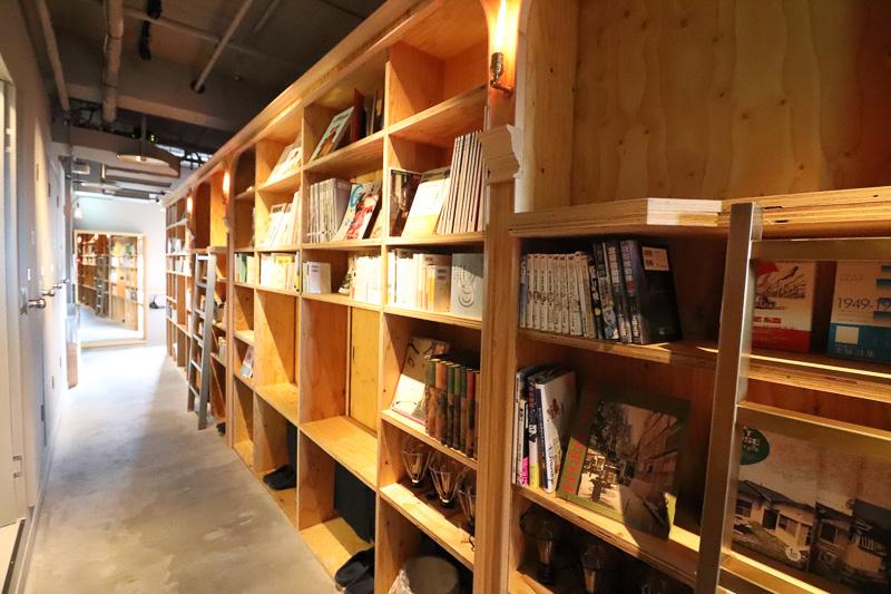こだわってセレクションされた本の数々と、押し入れの中のようなベッドの空間が並ぶ