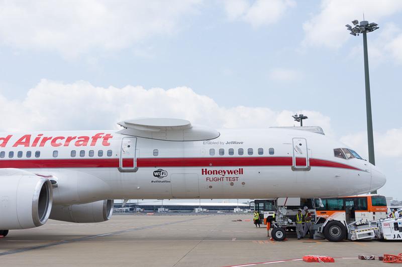 機体前方にもWi-Fiロゴと、「JetWave」の文字がある
