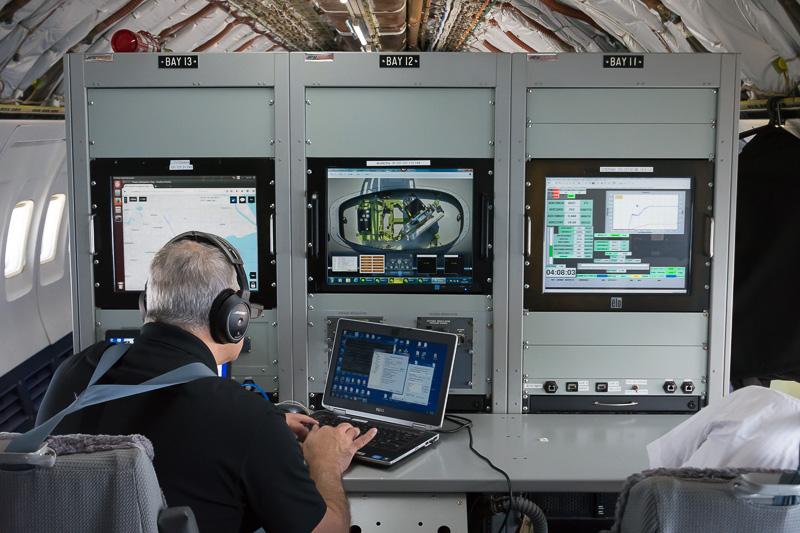 機内で運航情報や衛星通信、インターネット通信などの状況をモニターしている