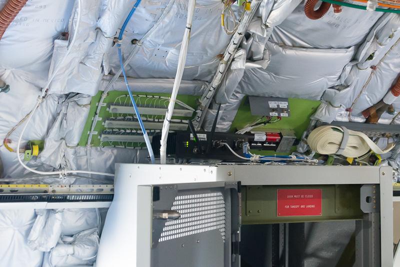衛星通信と機内通信とを制御するセットトップボックス