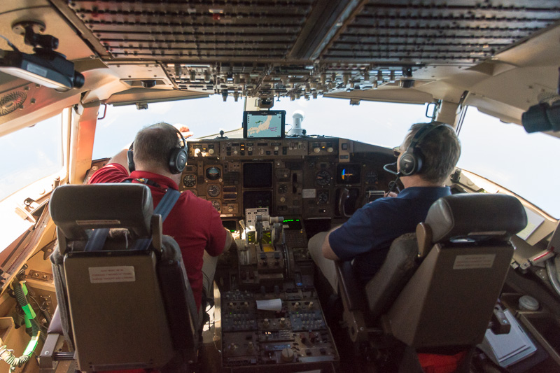 コックピット。タブレットに航路図を表示して運航している