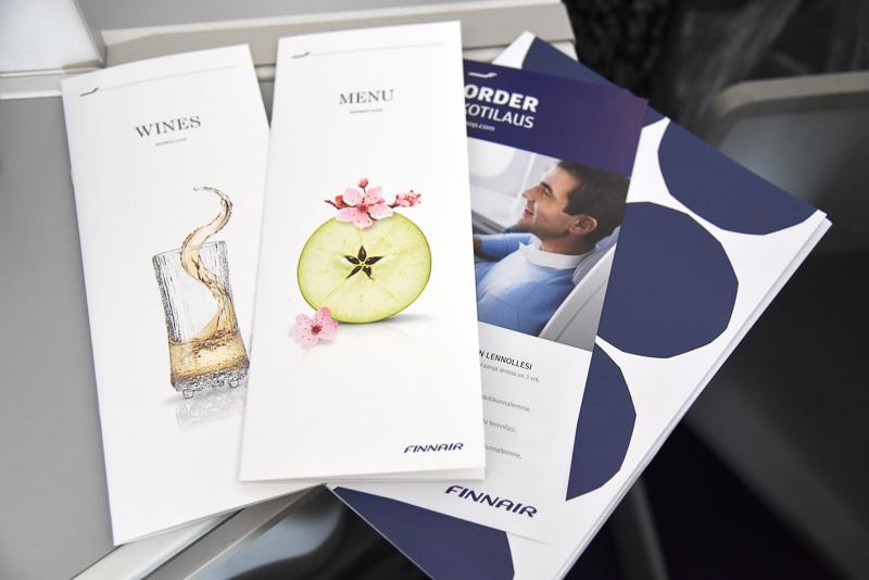 座席には機内食とワインのメニューがあり、じっくりと選ぶことができる