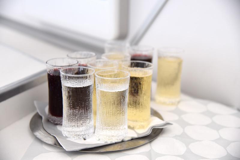 ウェルカムドリンクはシャンパンやベリージュースなどから選べる。イッタラの「ウルティマツーレ」が並ぶ