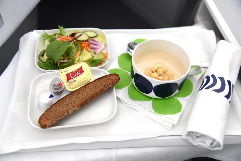 マリメッコデザインのカップ入りの「カリフラワーのスープ、パセリ添え」
