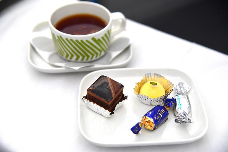 「プティフール」はチョコレートケーキなど2種と一緒に「Fazer」のチョコレートもオーダー。カップはSilkkikuikka柄