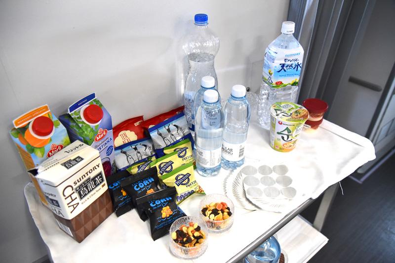 バーカウンターには、ソフトドリンク各種やチョコレートなどのスナックが用意されていた