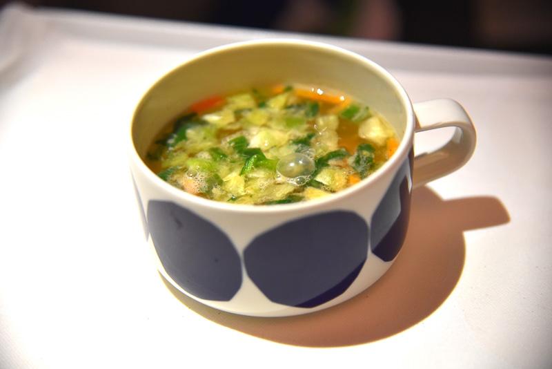 「お弁当」は和風献立の盛り合わせで、白和え、お豆のサラダ、卵焼き、蒲鉾、煮物、ほうれん草のお浸し、鳥のそぼろご飯とお味噌汁