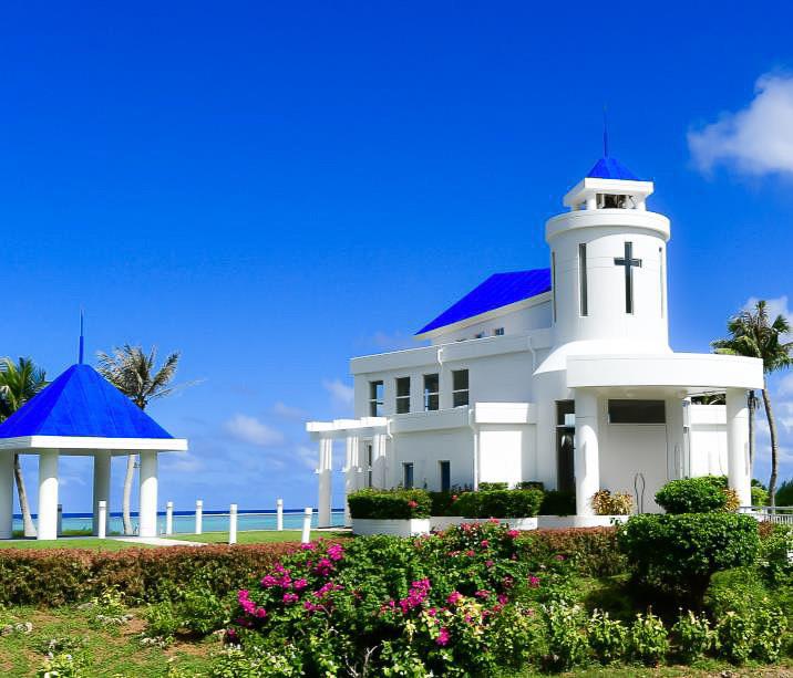 セントアンジェロ・チャペルは青色の三角屋根が印象的なオーシャンフロントチャペル