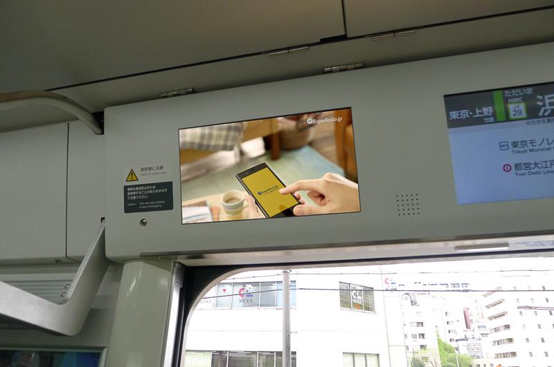 「まど上チャンネル」などのE235特有のサイネージを使ってドローン映像を上映。世界旅行気分を味わえる