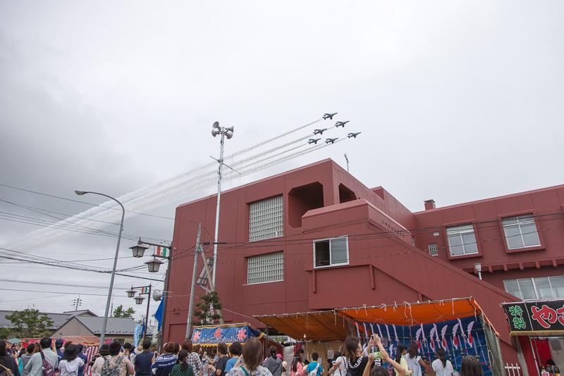 2016年開催の「東松島夏まつり」より。航空祭の前日にブルーインパルスが展示飛行を行なう