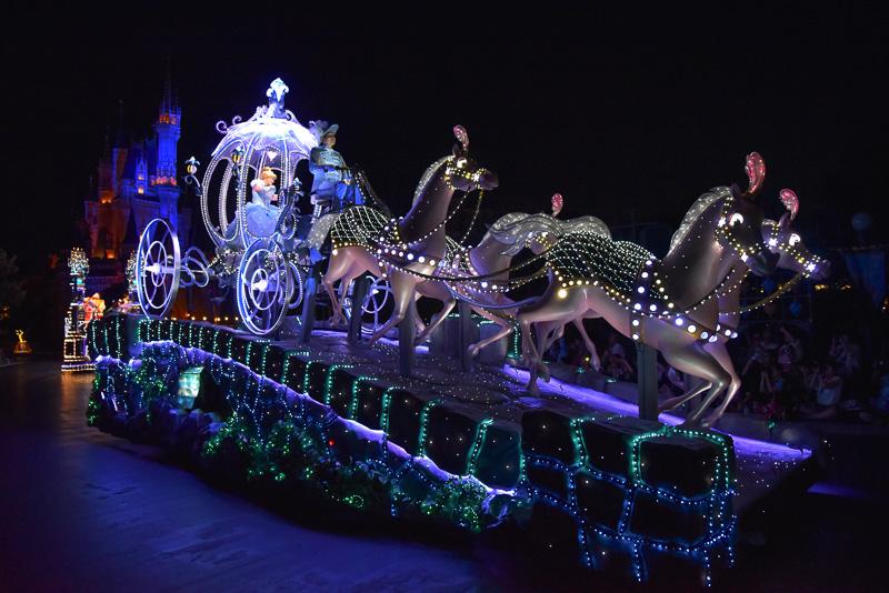 シンデレラを乗せた「かぼちゃの馬車」フロートがシンデレラ城をバックにパレードルートに登場