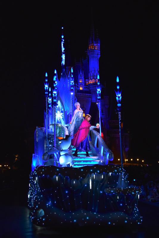 ディズニー映画「アナと雪の女王」の「氷の城」フロートが映画の舞台のようにサマーシーズンに登場