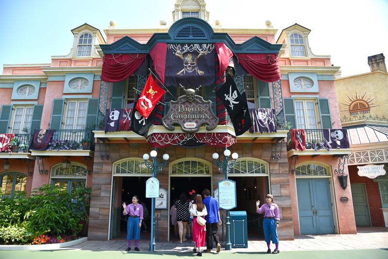 ディズニー映画「パイレーツ・オブ・カリビアン/最後の海賊」連動のスペシャルプログラムも開催中。アトラクション「カリブの海賊」のエントランス。映画ファンにはたまらない海賊旗が!