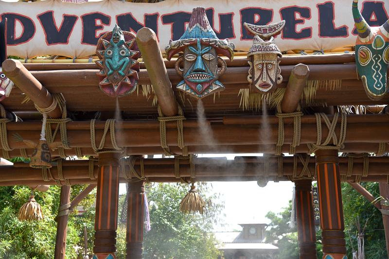 「スイスファミリー・ツリーハウス」(アドベンチャーランド)横と「クリスタルパレス・レストラン」(アドベンチャーランド)横の橋のクールスポット
