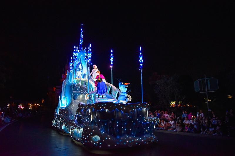 ナイトパレード「東京ディズニーランド・エレクトリカルパレード・ドリームライツ」がリニューアル。新たに登場したディズニー映画「アナと雪の女王」の「氷の城」フロート